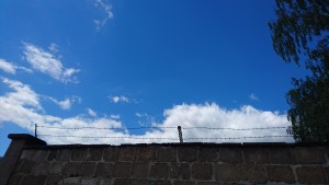 Sachsenhausen barbed wire and sky 2016-07
